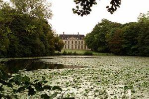 340px-Abbaye_de_Blanchelande_-_Logis_abbatiale_et_étang